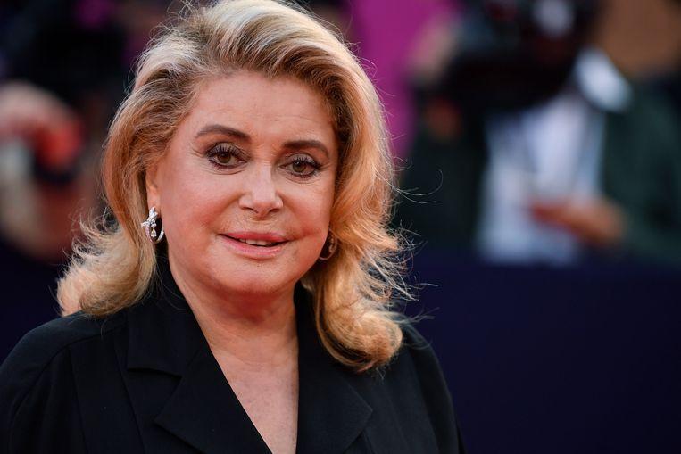 Catherine Deneuve ligt nog steeds in het ziekenhuis nadat ze begin deze maand werd getroffen door een lichte beroerte. Wel gaat het stukken beter met de 76-jarige Franse filmster.