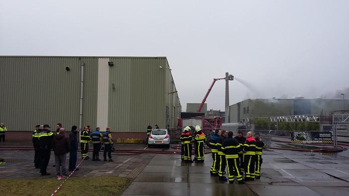 De brandweer zet een hoogwerker in bij de grote brand in het oude Faam-gebouw in Breda.