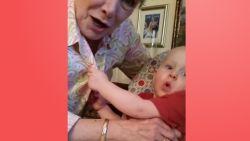 VIRAL3: Baby kijkt in de bloes van oma (en is erg onder de indruk)