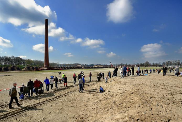 Grote belangstelling voor verplaatsing Philips schoorsteen in Roosendaal.