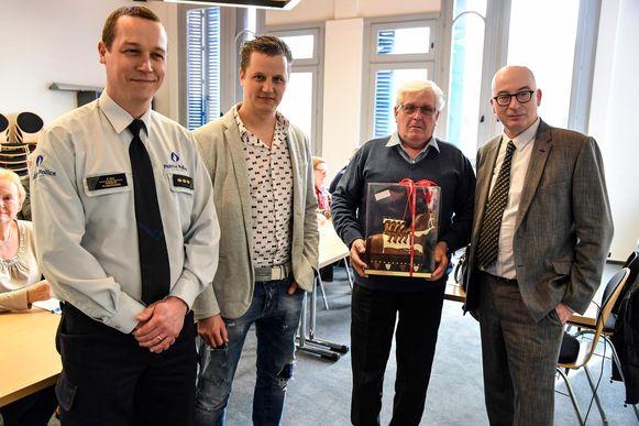 Korpschef Patrick Feys, Mobiliteitsschepen Niels Tas, Pierre Moens (500ste deelnemer van de verkeerscursus voor senioren) en burgemeester Piet Buyse.