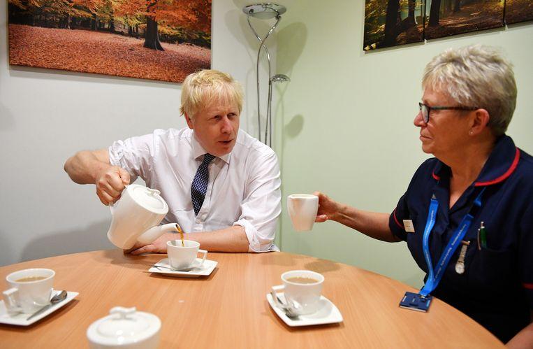 Premier Boris Johnson vrijdag op verkiezingscampagne in een ziekenhuis in Mansfield.  Beeld Getty Images