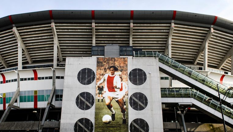 Ajax stelt een condoleanceregister voor Johan Cruijff open langs het veld in de Amsterdam ArenA. Beeld anp