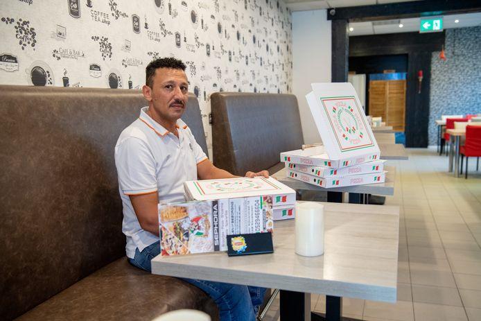 Ayman Khallaf weet niet meer wat-ie moet doen. Een omgevingsvergunning om in restaurant Sephora te serveren heeft hij wel. Maar nu is het wachten op een exploitatievergunning.