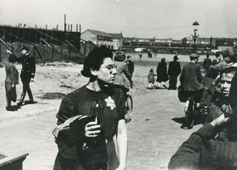 Joodse verpleegster Eva Granada, die zich bij het Muiderpoortstation vrijwillig voor deportatie heeft aangemeld, om haar patiënten te ondersteunen. Beeld Bart de Kok / NIOD