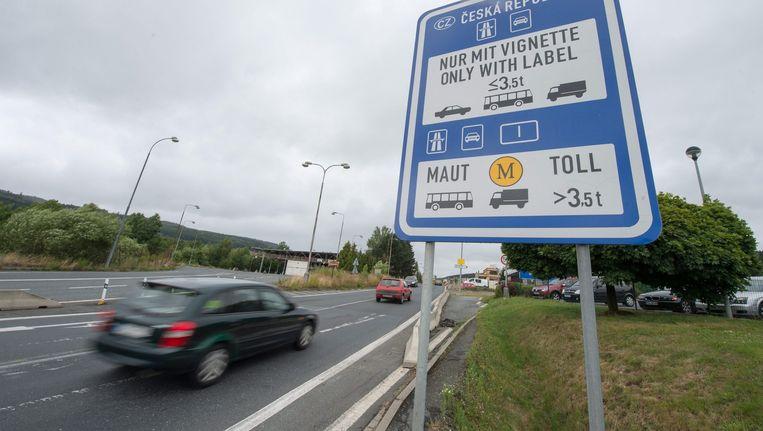 Grensovergang tussen Duitsland en Tsjechië. In Tsjechië moet al tol betaald worden. Beeld epa