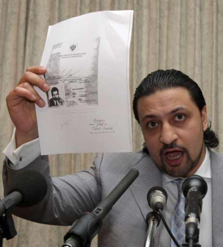 Yan Dasgupta, advocaat van Viktor Bout, schermt met papieren die moeten bewijzen dat Bout onder druk naar de VS moest vluchten.