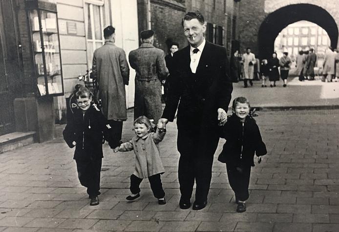 Poseren voor de straatfotograaf in 1955: Leo's vader met drie van zijn vier dochters op het Buitenhof, v.l.n.r. Babs, Marry en Frances.