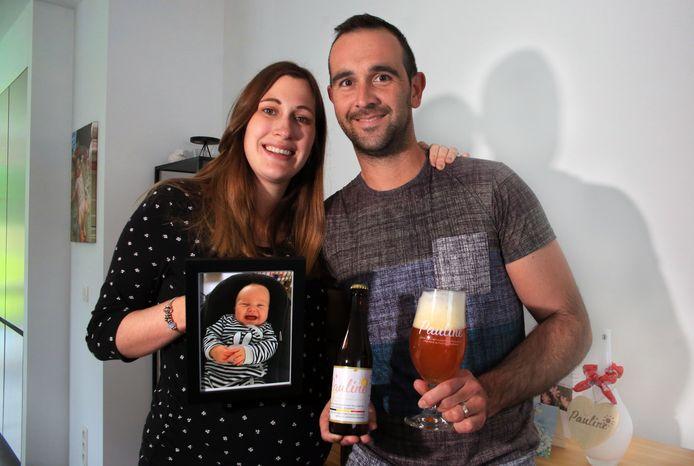Heleen Glorie (26) en Dieter Vindevogel (37) met het Paulinebier, ter nagedachtenis van hun overleden dochtertje.