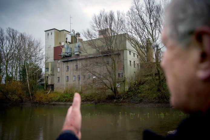Jan Reijnen bij de oude meelfabriek aan de strang in Beneden-Leeuwen. Prachtig pakhuis, dat niet verloren mag gaan.