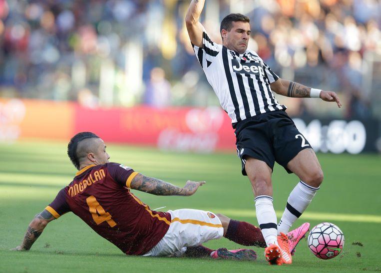 Een tackle op Juve's Sturaro.