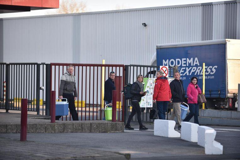 Enkele personeelsleden verzamelden in het bedrijf om het nieuws te bespreken. Een uur later vertrokken ze naar huis.