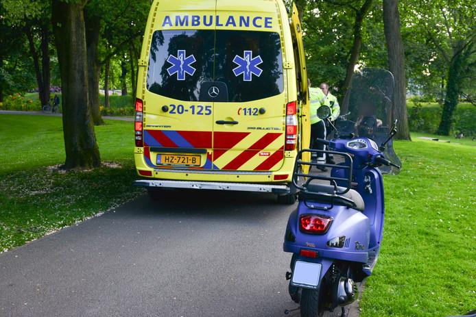 De scooterrijder kwam terug, omdat de politie zijn broer had opgebeld.