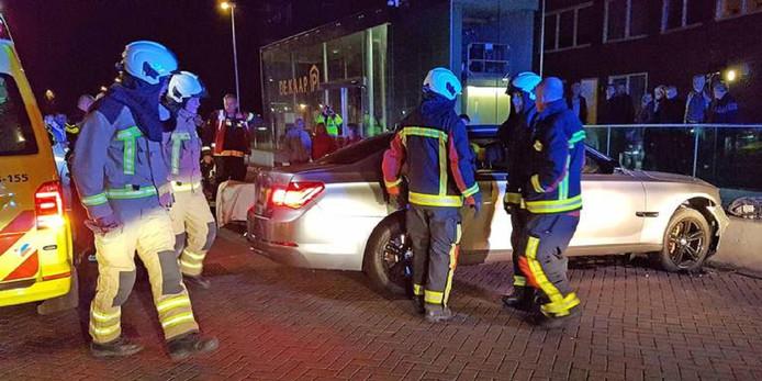 De grijze BMW waarmee de vermoedelijke  overvaller en zijn slachtoffer crashten.