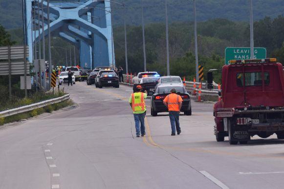 Politieagenten doen onderzoek op de brug die de staten Kansas en Missouri met elkaar verindt.