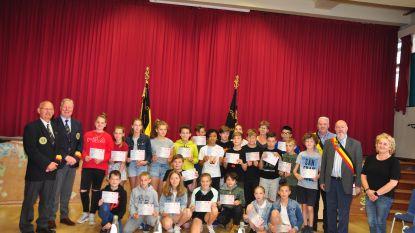 Leerlingen De Klimop ontvangen oorkonde van oudstrijdersvereniging