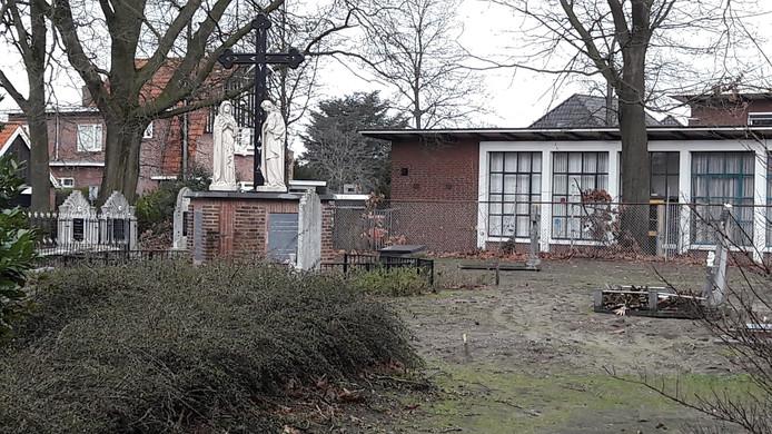 De begraafplaats achter de St. Martinuskerk in Rucphen wordt omgebouwd tot openbare parktuin. Het is onderdeel van het totale herinrichtingsplan van de dorpskern Rucphen. Het gebouw op de achtergrond wordt gesloopt om plaats te maken voor appartementen.