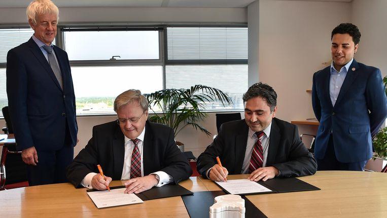 Hogiaf en MKB Nederland zetten hun handtekening. Daarmee is de vereniging voor jonge ondernemers lid van de werkgeversvereniging. Beeld