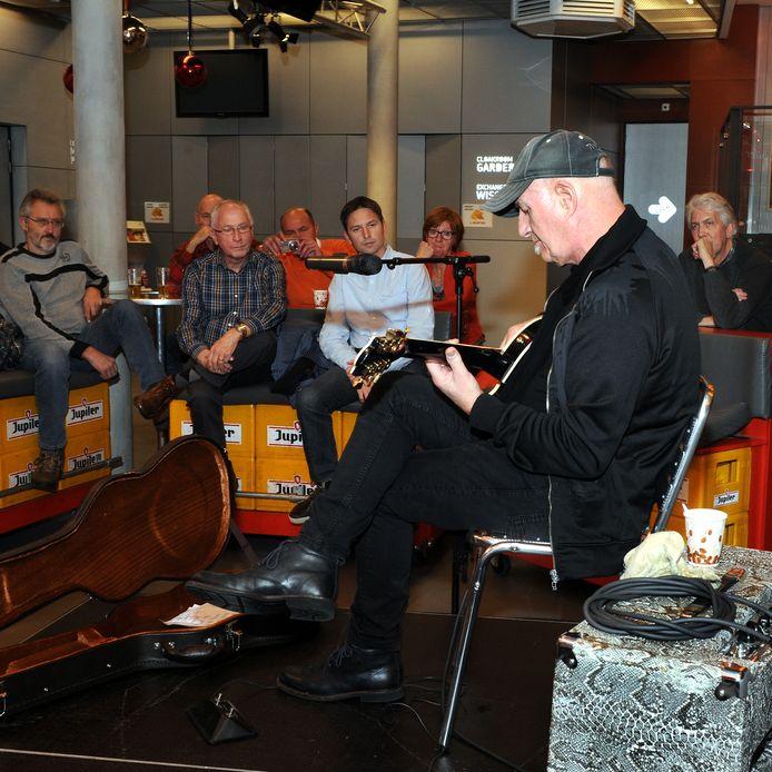 Gitarist Jan Akkerman gaf voor lezers van BN DeStem een clinic in gebouwT in Bergen op Zoom in 2014. Archieffoto Edmund Messerschmidt.