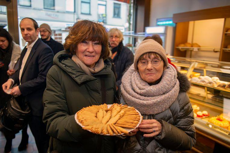 Kleindochters Rachelle en Joyce Hakker met Antwerpse handjes, de creatie van hun opa Jos.