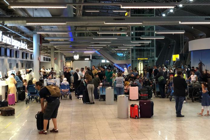 Drukte in de vertrekhal bij Eindhoven Airport na de bommelding eerder op de avond.