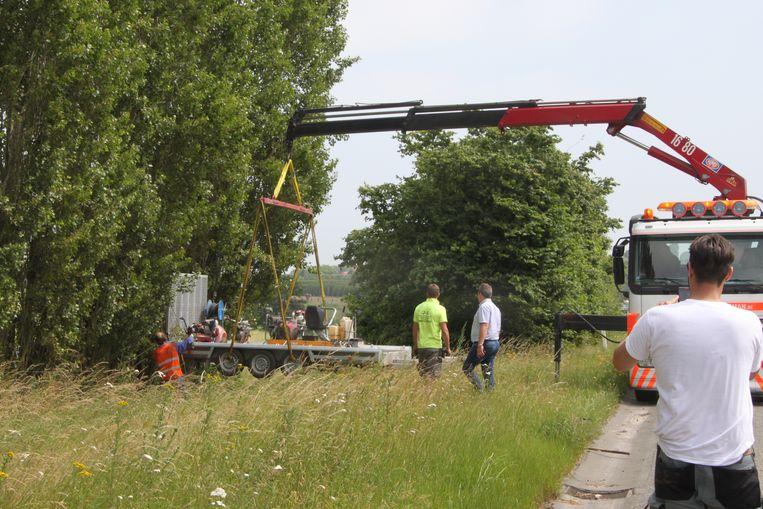 De aanhangwagen met werkmateriaal moest uit de gracht getakeld worden.