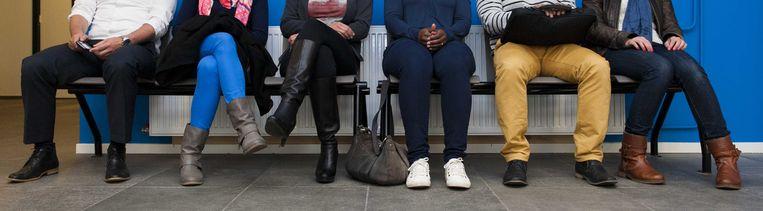 Mensen wachten in de rij bij het UWV Werkplein in Den Haag. Beeld ANP XTRA