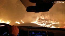 Koppel filmt hoe vlammen langs beide kanten van de weg razen in Californië
