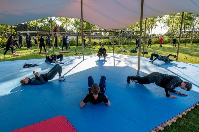 Door het coronavirus mag sportschool Bushido niet binnen sporten dus hebben ze extra faciliteiten buiten op het terrein van voetbalclub RKTVC gerealiseerd. Er is onder meer een grote tent geplaatst.