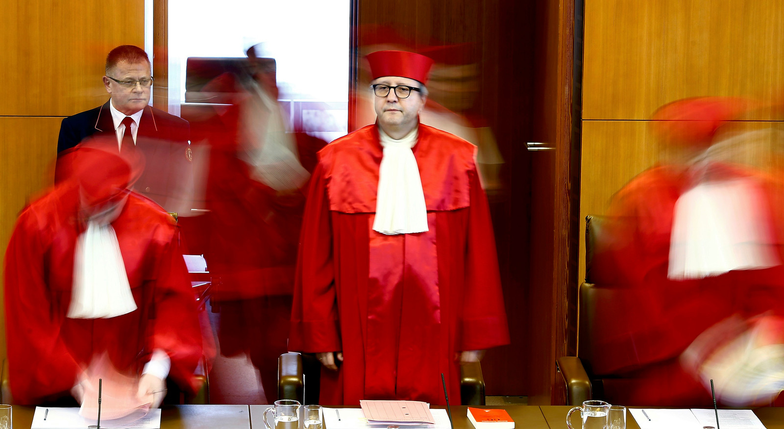 Een in essentie puur juridische kwestie over bevoegdheden heeft ook een economische en zelfs politieke lading gekregen.