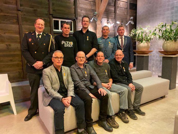 Bovenste rij van links naar rechts: Clustercommandant Ko van der Maas, Jorg Rooze, Ard van Overloop, Henk Traas en burgemeester Gerben Dijksterhuis. Onderste rij van links naar rechts: Ludie Huijbrechts, Frans Jung, Joop Almekinders en Edwin Koole.