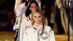 Kendall Jenner maakt comeback op de catwalk bij Burberry met nieuw kapsel