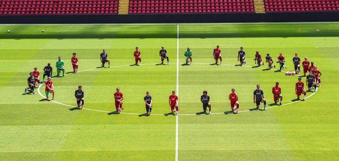 De selectie van Liverpool in de middencirkel van Anfield