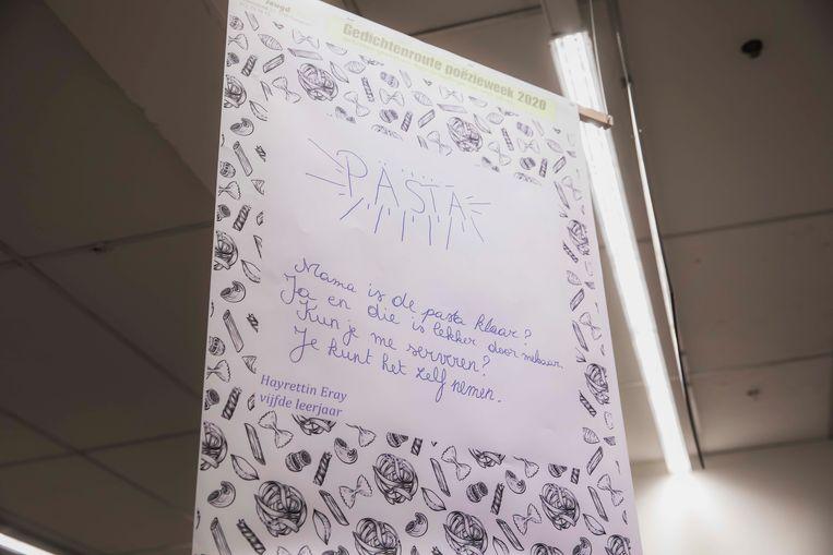 De leerlingen lezen de gedichtjes voor in de Carrefour in Tongeren.