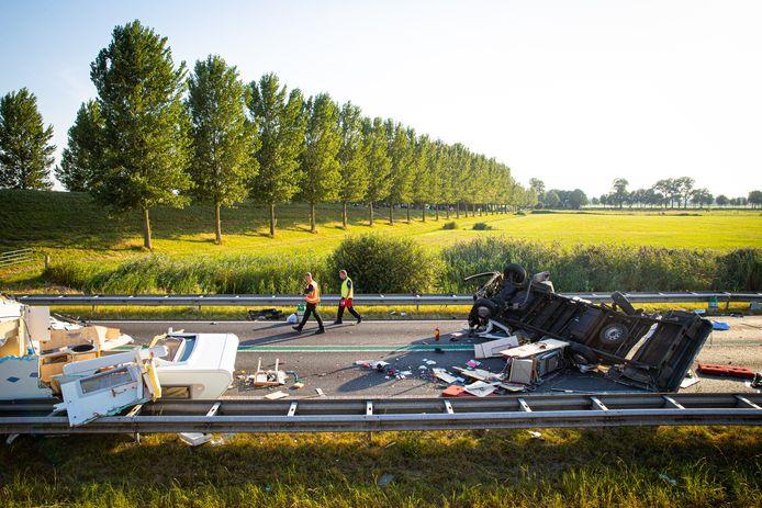 De ravage op de N50 bij Kampen was groot na het ongeluk met meerdere voertuigen.