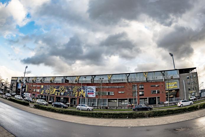 Donkere wolken boven het stadion van NAC voorafgaand aan de wedstrijd tegen Vitesse. Maar voor de Bredanaars brak letterlijk en figuurlijk de zon door.