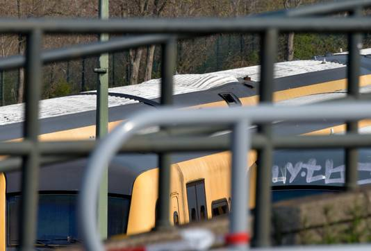 Het dak van een van de treinstellen is bol komen staan.