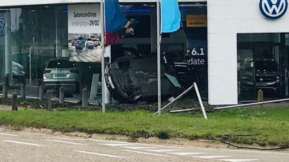 Bestelwagen vliegt in showroom van Volkswagengarage