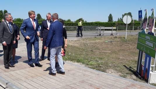 Koning Willem-Alexander krijgt een warm welkom van onder anderen burgemeester Gerard Rabelink (Schouwen-Duiveland, links) en commissaris van de koning Han Polman.