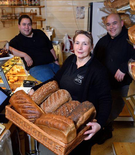 Janneke staat voor het eerst na het overlijden van haar man Kees weer in hun bakkerij: 'Hij was een doorzetter'