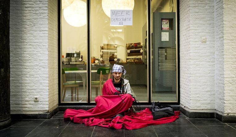 Een student voor het Maagdenhuis van de Universiteit van Amsterdam. Beeld anp