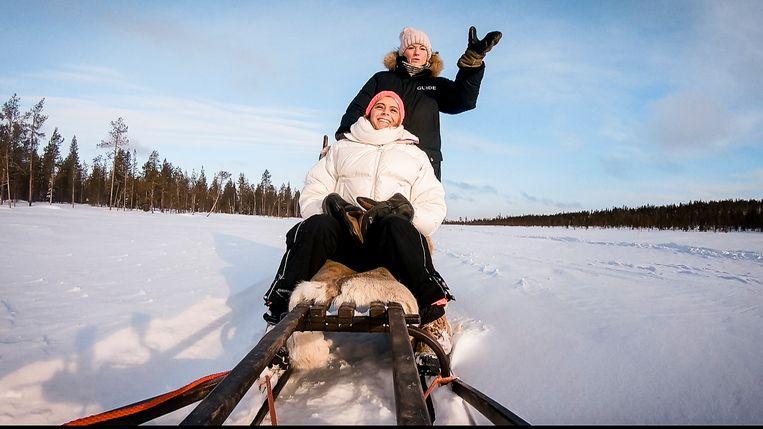 In haar thuisland Finland neemt Marianne gastvrouw Dina Tersago op slee(ptouw).
