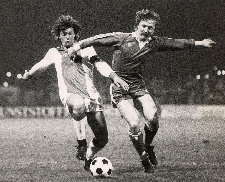 Klaas Drost (rechts) strijdt om de bal met Ruud Krol van Ajax.