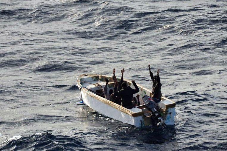 Zes van piraterij verdachte Somalische mannen geven zich over aan een Europees marineschip in 2012. Beeld afp