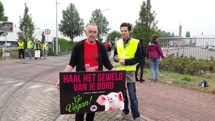 Zo'n dertig actievoerders van The Save Movement, onder wie Johny de Nijs (69) uit Rijswijk, (links met bord)  protesteerden vanochtend tegen dierenleed en pleitten voor minder eten van vlees bij slachtbedrijf Vion aan het Boseind in Boxtel.