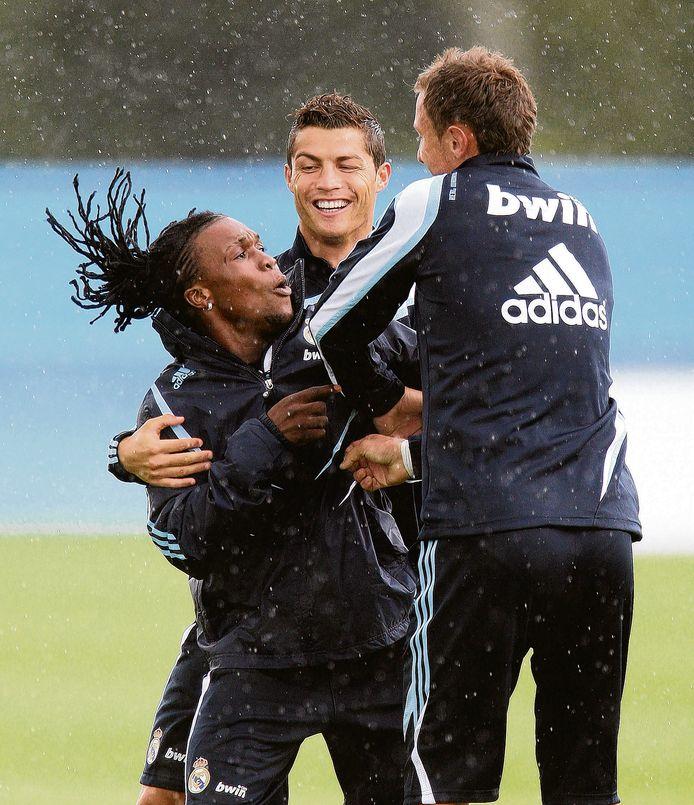 Drenthe en Ronaldo hebben plezier op de training. Rechts Jerzy Dudek.