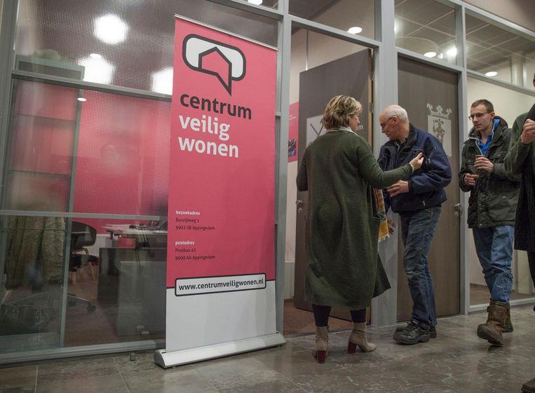 Gedupeerden kunnen achter gesloten deuren scheuren melden bij een loketje van het Centrum Veilig Wonen, dat namens de Nederlandse Aardolie Maatschappij (NAM) de schades opneemt. Beeld Harry Cock / de Volkskrant