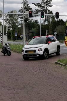 Scooterrijder gewond door aanrijding met auto in Wageningen