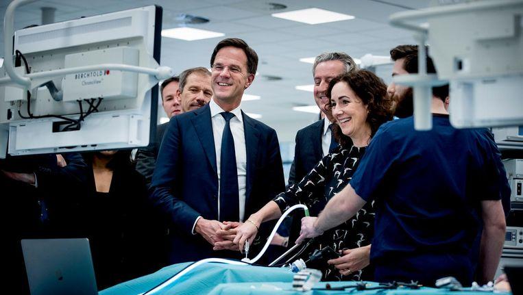 Rutte en burgemeester Femke Halsema waren aanwezig in het Amsterdam Skill Centre, onderdeel van het UMC Amsterdam. Beeld anp