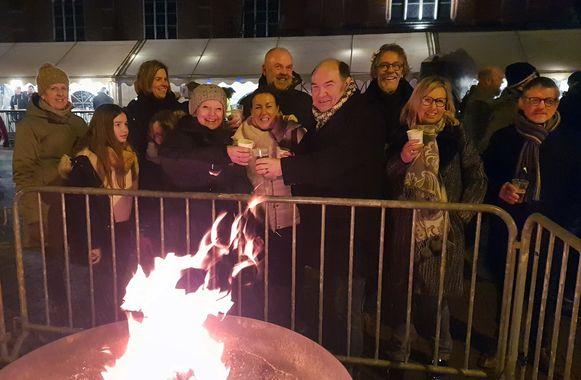 Burgemeester Bart Craane stak om 18 uur plechtig het vuur aan.